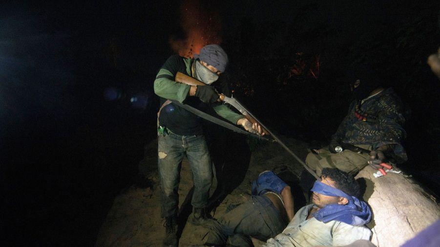 Il menace mais ne tirera pas. Sous le canon de ce Gardien de la forêt, un braconnier venu déboiser dans la réserve d'Arariboia, le 12 octobre.