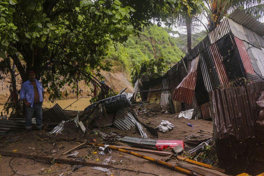 Au Salvador, ce sont 24.125 familles qui ont vu leur maison détruite, totalement ou partiellement, selon un bilan officiel. Il a fallu procéder à 7.225 évacuations vers 154 refuges dans tout le pays.