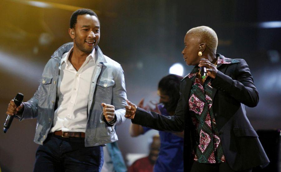 Angelique Kidjo et John Legend au concert d'ouverture de la coupe du monde à Johannesburg en 2010
