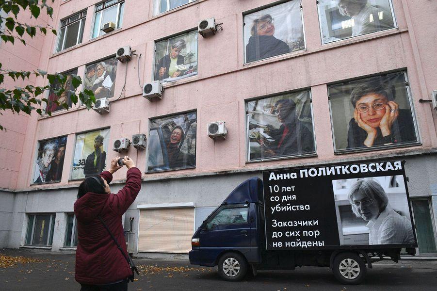 Journalistes, diplomates et Moscovites se sont réunis vendredi pour commémorer les dix ans de l'assassinat de la journaliste russe Anna Politkovskaïa.