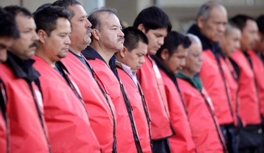 Selon le gouverneur de la province de Monterrey, les prisonniers évadés n'ont pu s'enfuir qu'avec la complicité de gardien. Le directeur de la prison et dix-huit gardiens ont été suspendus et font l'objet d'une enquête, a-t-il ajouté.