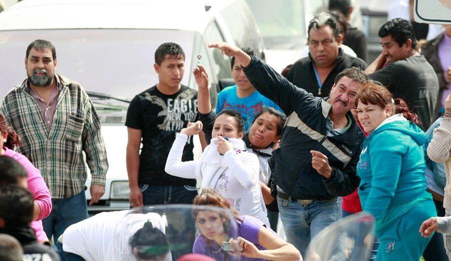 Les proches des victimes ont affronté les forces de l'ordre devant la prison.