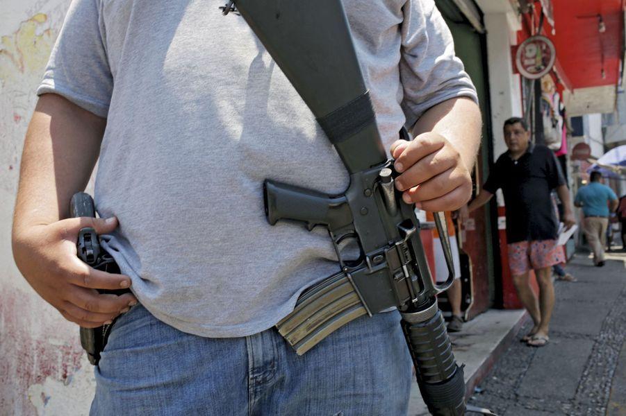 14 mars. Policier en civil patrouillant dans le centre-ville après un double meurtre au marché.