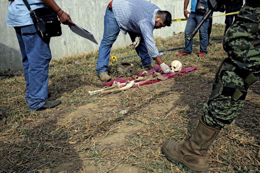 1er mars. Découverte de restes humains dans une tombe improvisée du village de Llano Largo.