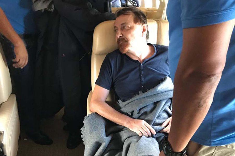 Cesare Battisti dans l'avion au départ de la Bolivie.