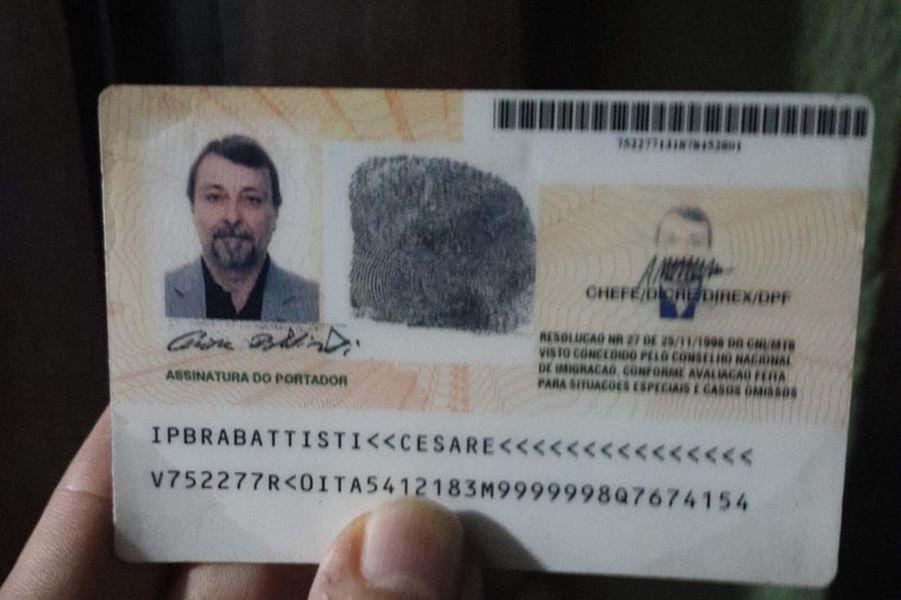 Les papiers d'identité deCesare Battisti.
