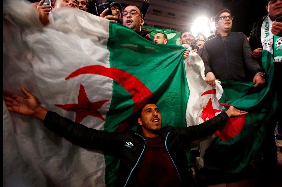 Manifestation à Alger, en Algérie, après l'annonce de la démission d'Abdelaziz Bouteflika, le 2 avril 2019.