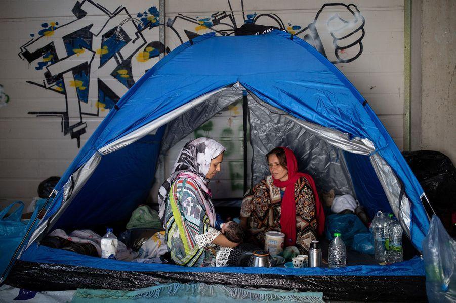 Alors que cinq migrants ont été arrêtés dans l'enquête sur l'incendie du camp de Moria, sur l'île grecque de Lesbos, et qu'un sixième suspect identifié est toujours en fuite, un nouveau centre temporaire a été dressé à la hâte pour accueillir quelque 800 migrants.