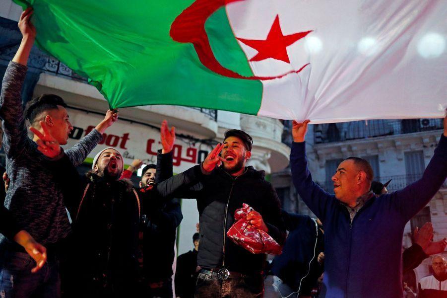 Scènes de liesse dans les rues d'Alger, lundi soir, après l'annonce du retrait d'Abdelaziz Bouteflika.