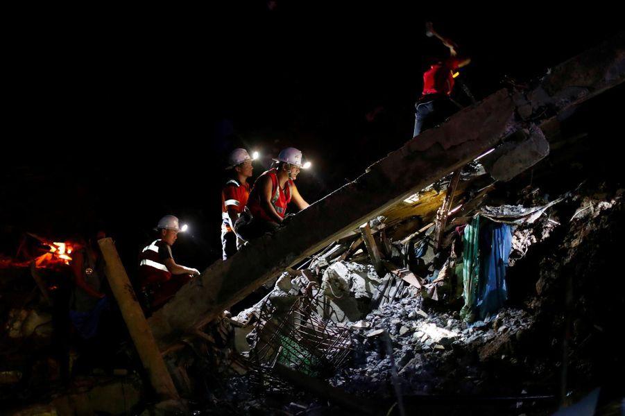 Les secouristes philippins à la recherche de survivants après le passage du typhon Mangkhut, le 17 septembre 2018.