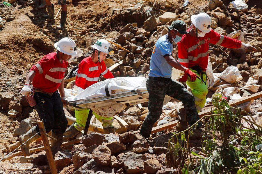 Les secouristes philippins à la recherche de survivants après le passage du typhon Mangkhut, le 18 septembre 2018.