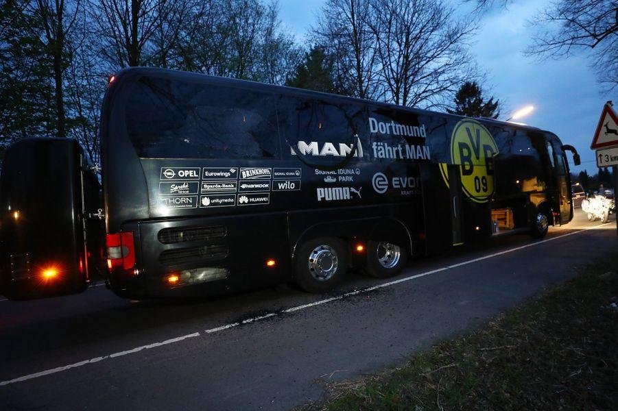 Le bus des joueurs deDortmunda été touché par trois explosions mardi 11 avril 2017, devant le Stade.