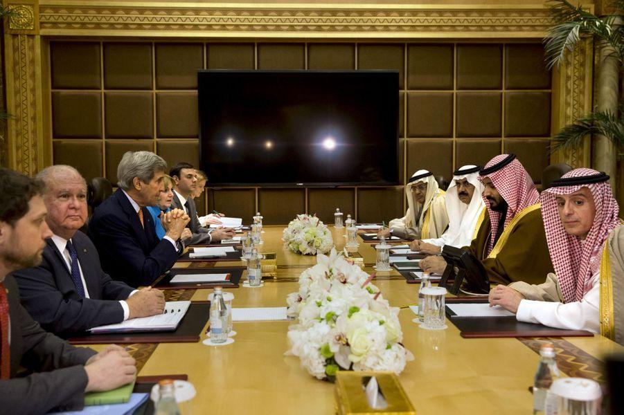 L'ancien secrétaire d'Etat américain John Kerry face auprince Mohammed ben Salmane, en janvier 2016.