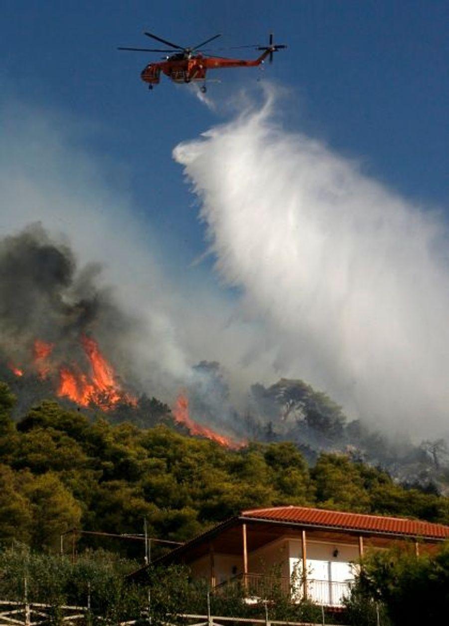 Les secours se sont mobilisés en nombre pour éteindre les flammes dans le village Anatoli, au nord-est de la capitale également.