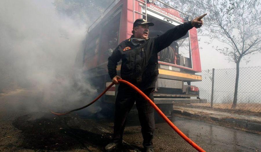 Un pompier donne des instructions pour agir au plus vite, à Dioni.
