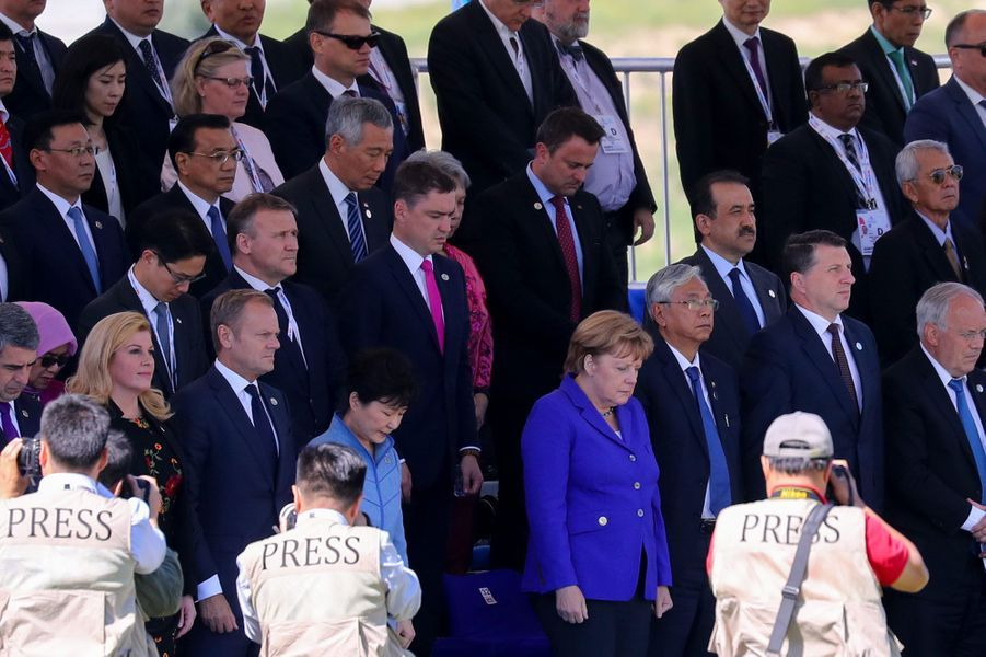 Angela Merkel à Oulan-Bator, en Mongolie, lors d'un moment de recueillement durant le sommet Asie-Europe