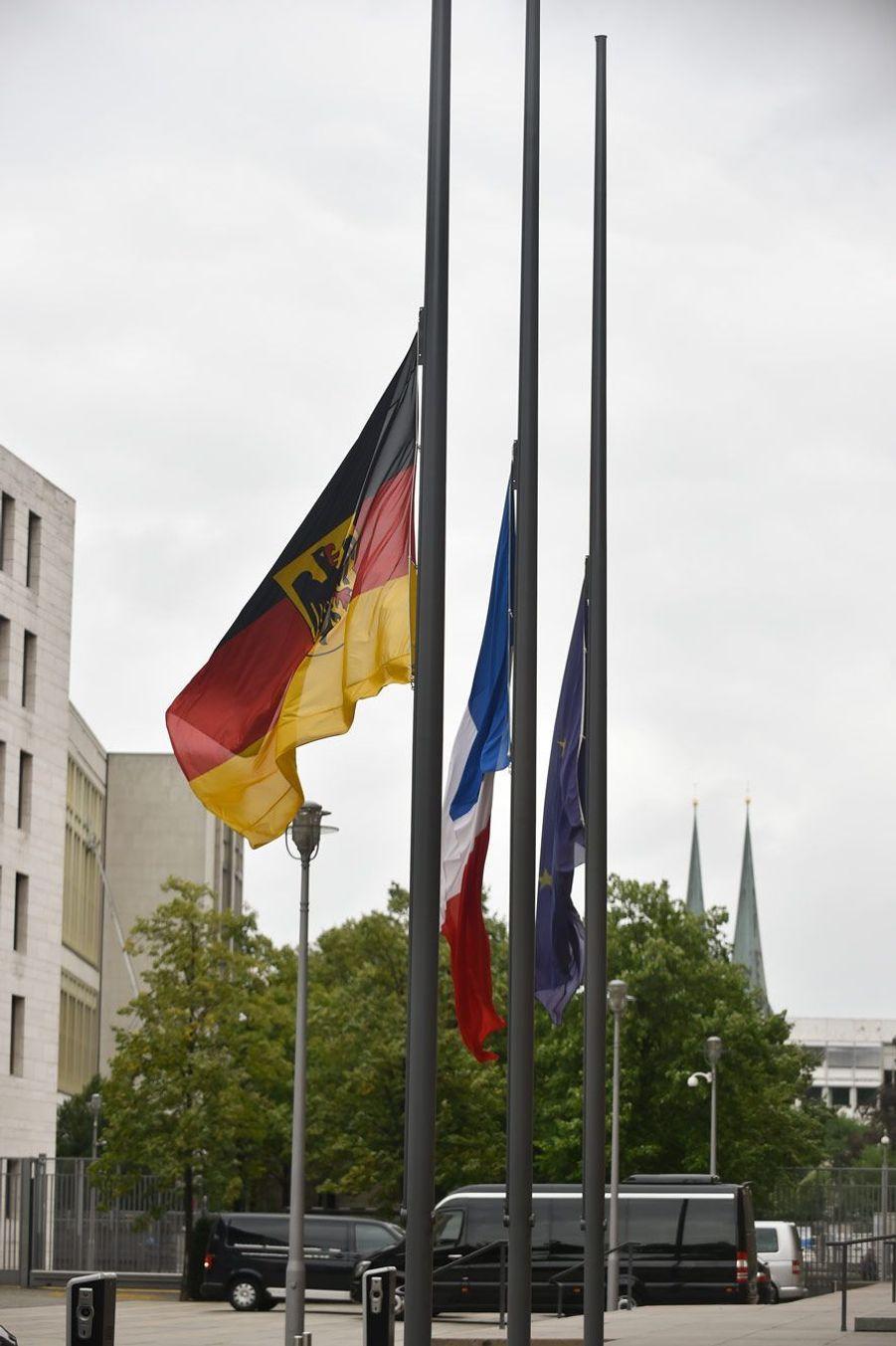 Drapeaux en berne au ministère des affaires étrangères à Berlin