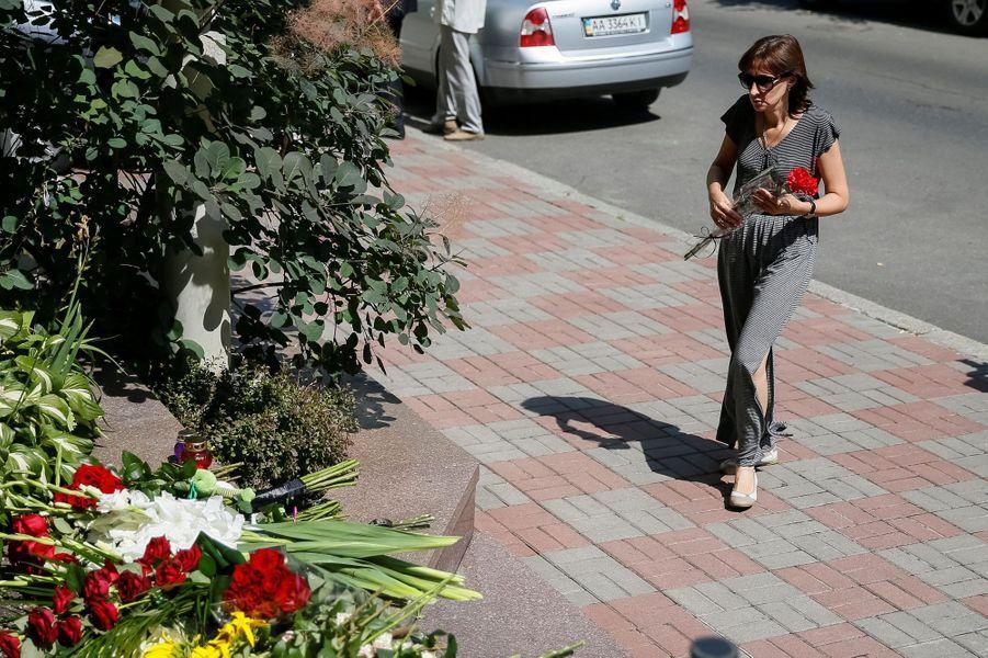 Une femme rend hommage aux victimes à l'ambassade de France à Kiev, en Ukraine