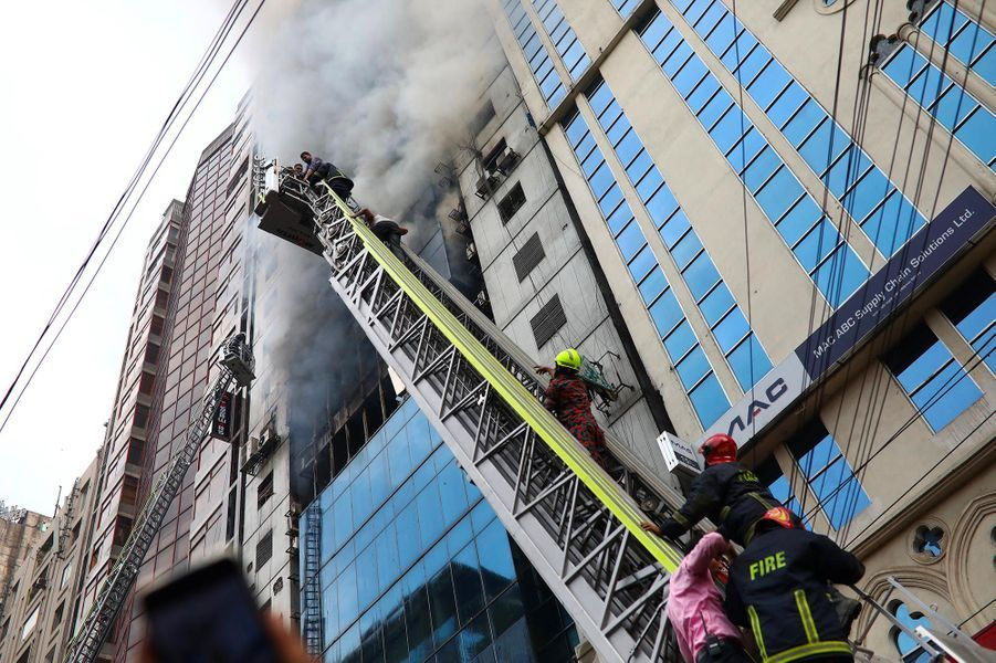 Un incendie s'est déclenché dans une tour de Dacca, au Bangladesh, le 28 mars 2019.
