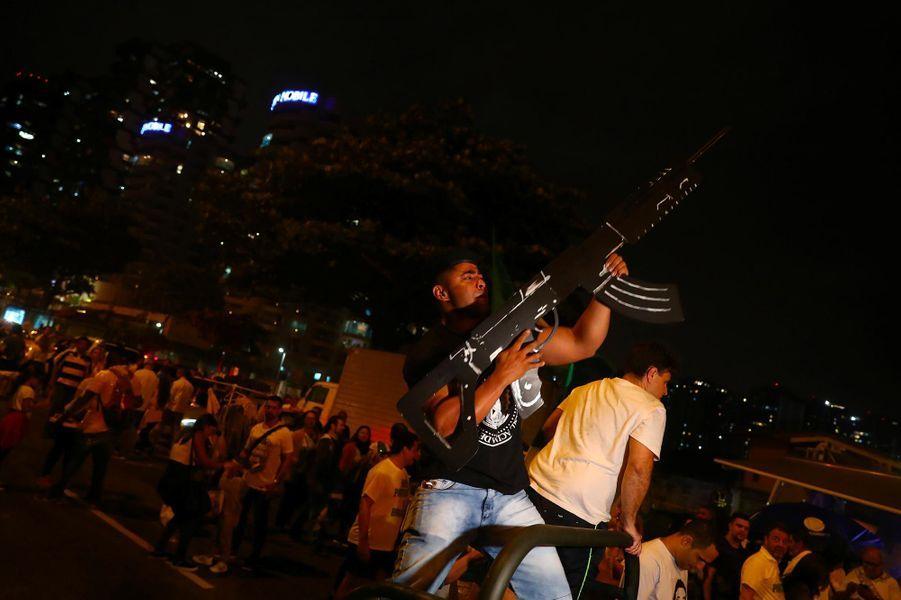 Les partisans de Jair Bolsonaro fêtent son élection à Rio de Janeiro, le 28 octobre 2018.