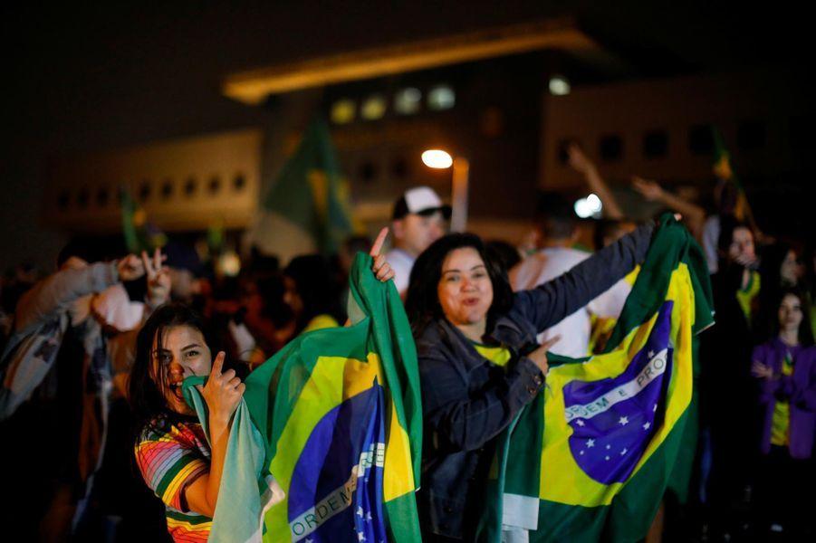 Les partisans de Jair Bolsonaro fêtent son élection àCuritiba, le 28 octobre 2018.