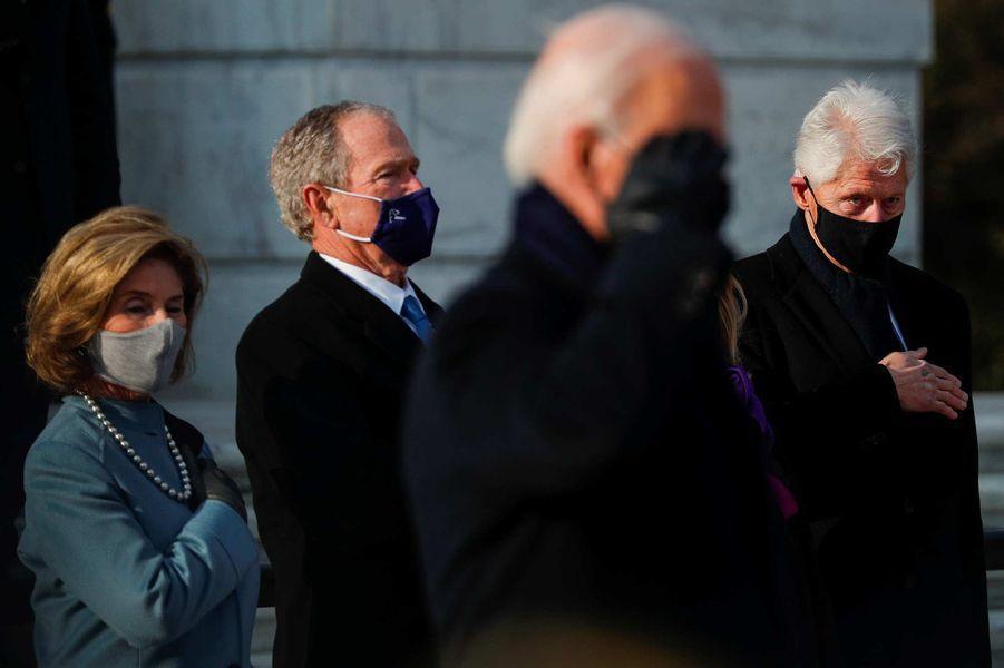 Laura et George Bush, Joe Biden et Bill Clintonau cimetière national d'Arlington, le 20 janvier 2021.