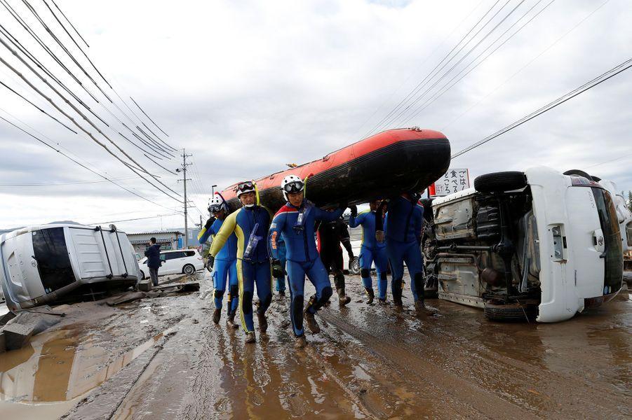 Des secouristes à la préfecture de Nagano