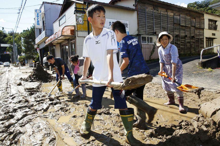 Des élèves aident audéblaiement àMarumori
