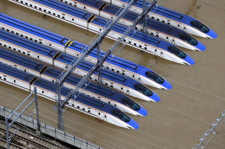 Les trainsShinkansen sous l'eau à Nagano