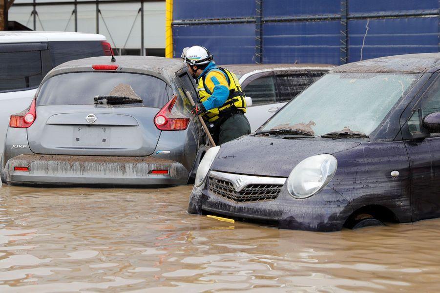 Des voitures sous l'eau à la préfecture deNagano