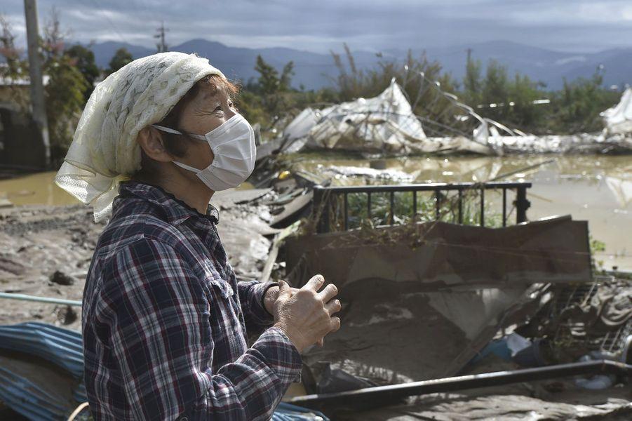 Une femme constate les dégâts à Nagano