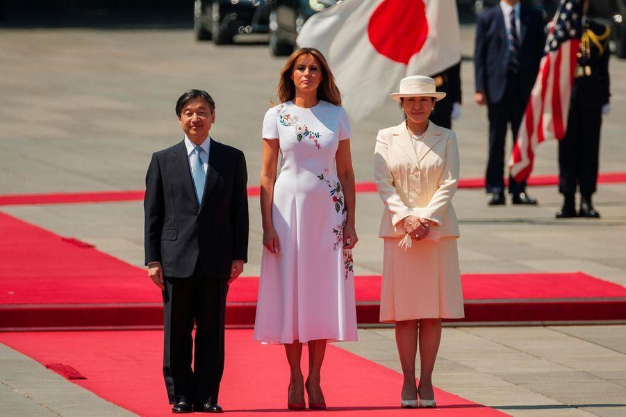 Melania Trump entourée de l'empereur Naruhito et de l'impératrice Masako, le 27 mai 2019.