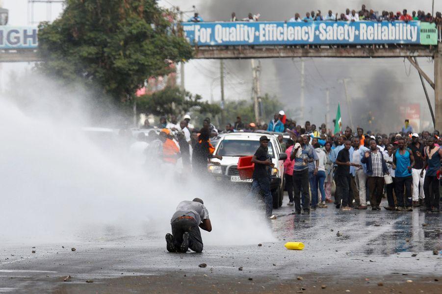 La police a dispersé des opposants venus saluer Raila Odinga à Nairobi, le 17 novembre 2017.