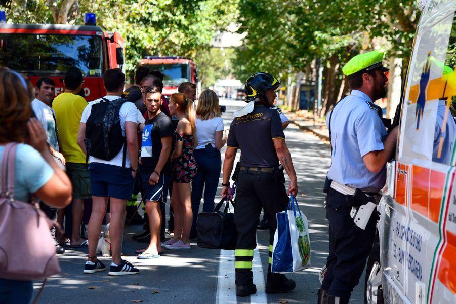 A Gênes, mercredi. Environ 500 résidents de bâtiments situés sous le pont Morandi ont été évacués. Ils patientent pour retourner chez eux, récupérer leurs affaires.
