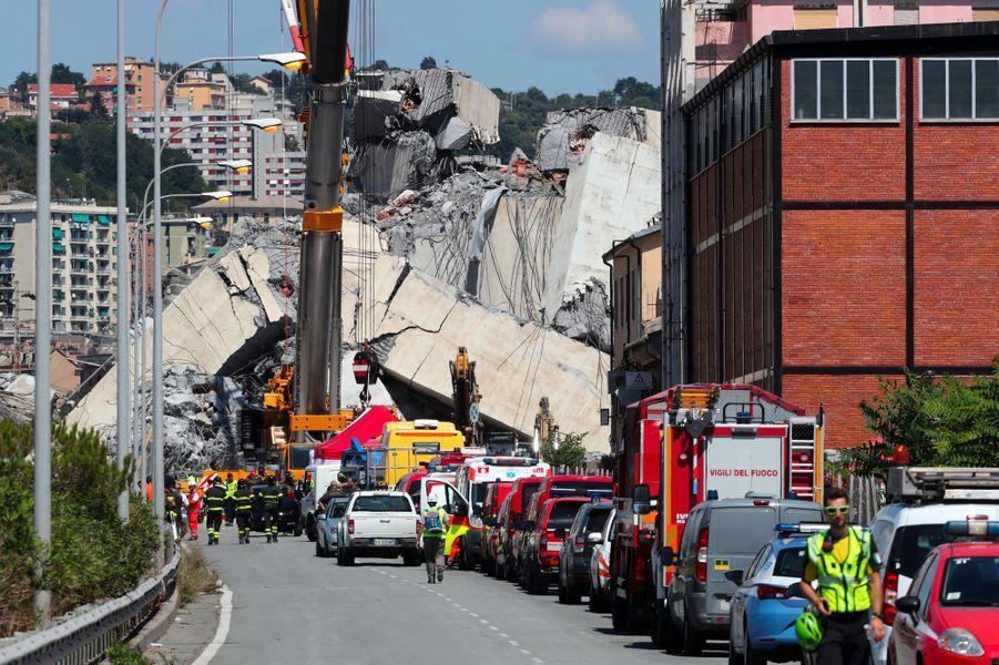 Les secours oeuvraient toujours, mercredi, à Gênes, dans les ruines du pont Morandi.