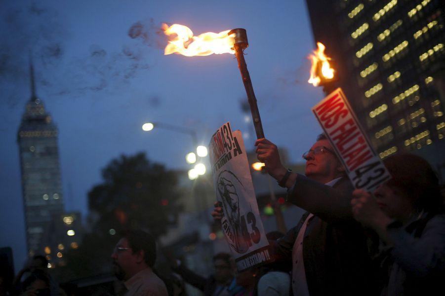 Mardi 26 avril, les proches des 43 étudiants d'Ayotzinapa disparus il y a 19 mois ont défilé dans les rues de Mexico.