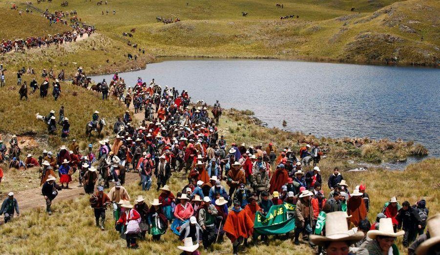 Le Peuple marche le long du lac