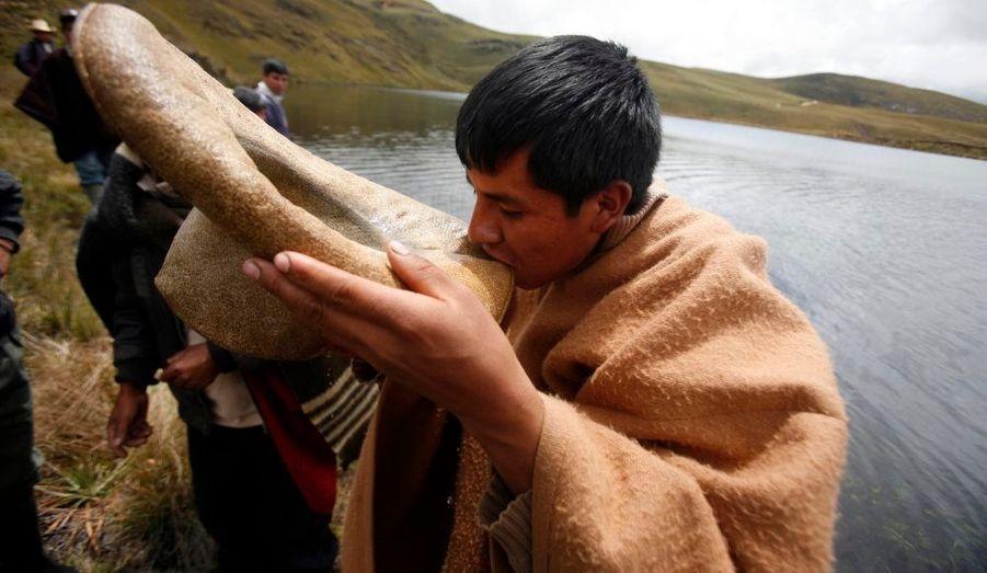 Au Pérou, dans la région Cajamarca situé à 870 km de la capitale, 5 000 personnes sont descendues dans les rues hier jeudi. Elles protestaient contre le projet de mine d'or et de cuivre contrôlée par le géant américain Newmont. La mine sera construite près d'un lac de la lagune Cortaba dans le Nord andin. Cette mine sera une source de contamination du lac, dénoncent-elles. Dans la soirée, elles ont marché dans la ville avec des baleines en main.