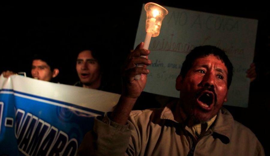 Un titulaire d'une bougie lançant des slogans