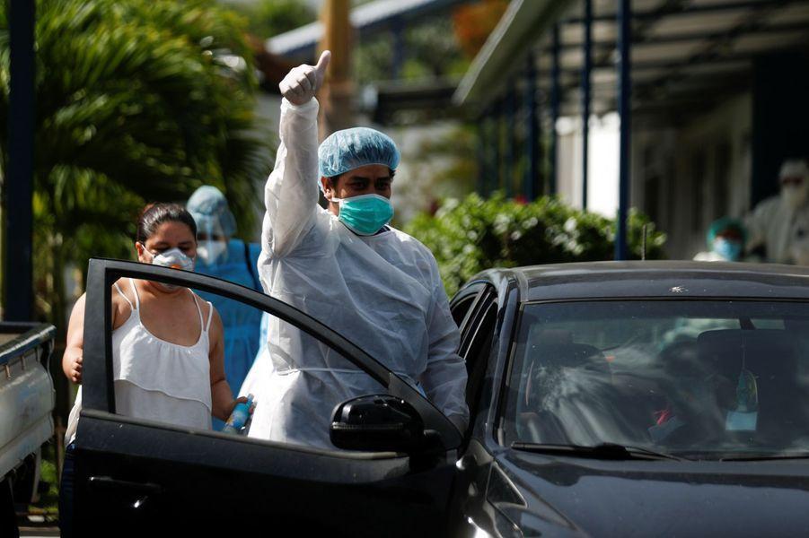 Un homme remercie le personnel hospitalier à sa sortie de l'hôpitalSan Rafael àSanta Tecla où il a été guéri du coronavirus.