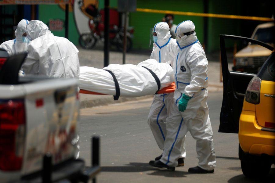 Le corps du défunt a été extirpé du taxi àSan Marcos.