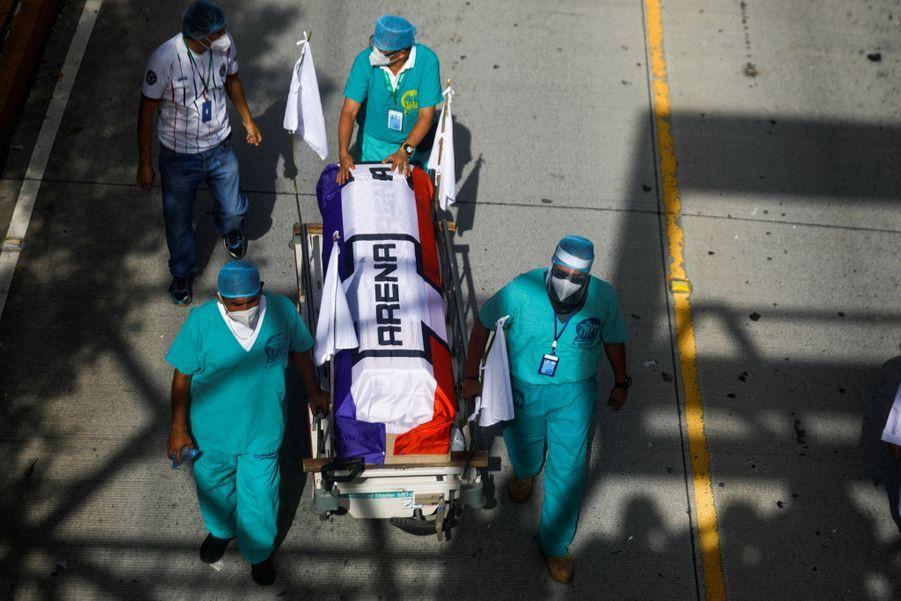 Les membres de l'institut de sécurité sociale poussent un cercueil vide pendant une manifestation pour de meilleures conditions de soins pour les patients.