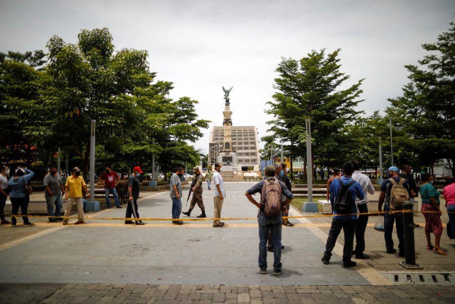 Dans la capitale, les Salvadoriens font la queue pour recevoir des rations de nourriture.