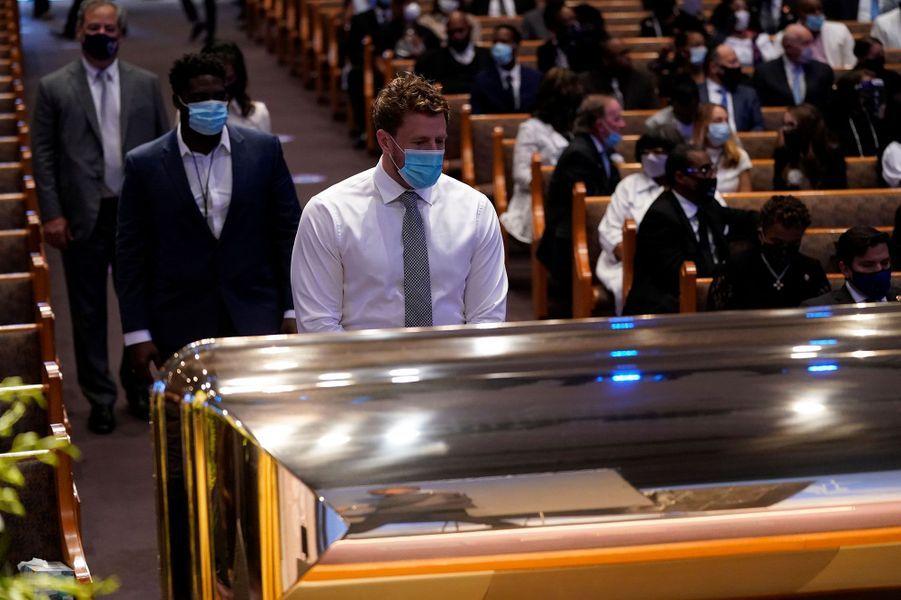 Dans l'église Fountain of Praise, à Houston au Texas, avant une cérémonie privée pour les funérailles de George Floyd, mardi. Le footballeur J.J. Watt se recueille devant le cercueil.