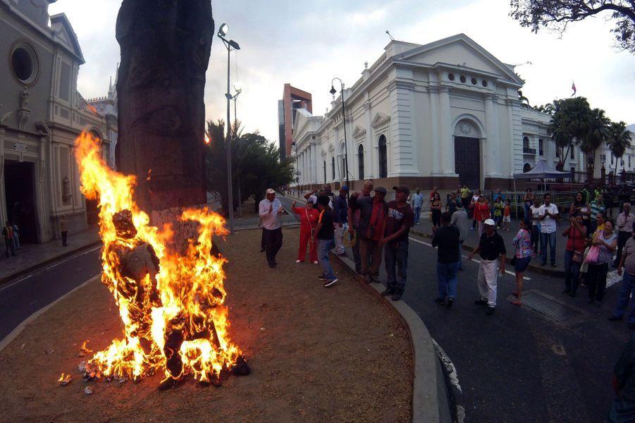 A Caracas, au Venezuela, les Judas sont brûlés pour Pâques, le 27 mars 2016.