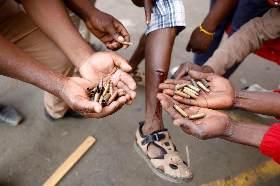 Des opposants ont collecté des douilles et montrent leurs blessures à Harare, mercredi.