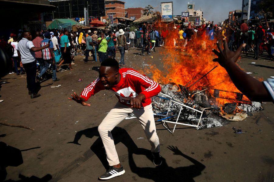 Des partisans de l'opposition ont bloqué une rue d'Harare, mercredi.