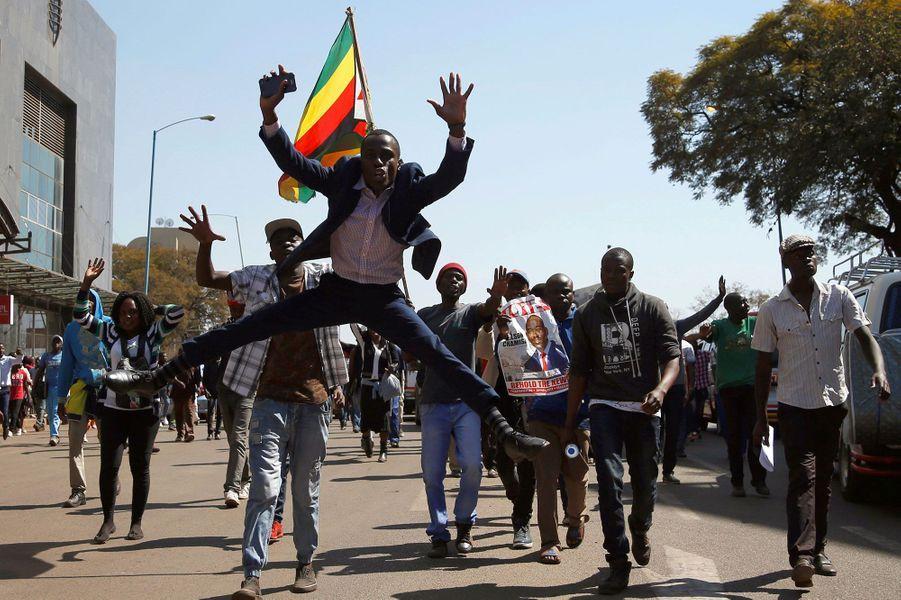 Les partisans du MDC, parti d'opposition, chantent et dansent dans les rues d'Harare, mercredi.