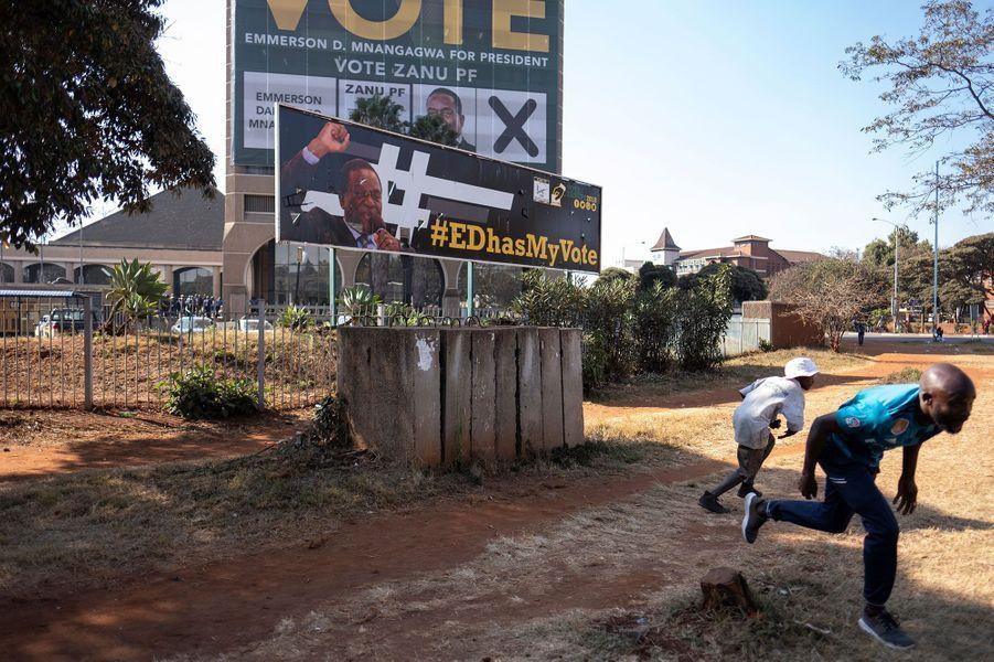 A Harare, devant le siège de la Zanu-PF, le parti au pouvoir, des hommes fuient sous les tirs en provenance du bâtiment, mercredi.