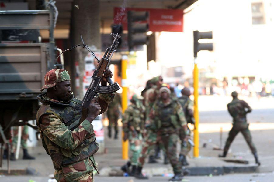 Près du QG de la Zanu-PF, à Harare, les soldats tirent en l'air pour disperser les opposants, mercredi.